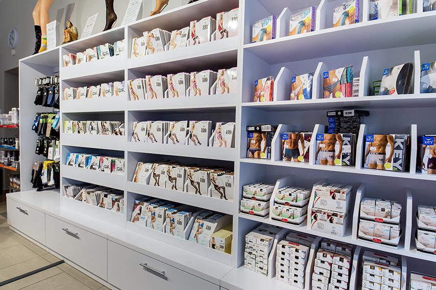 Półki do sklepu obuwniczego